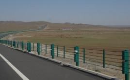Jining naar Erenhot - goede snelweg door leeg landschap