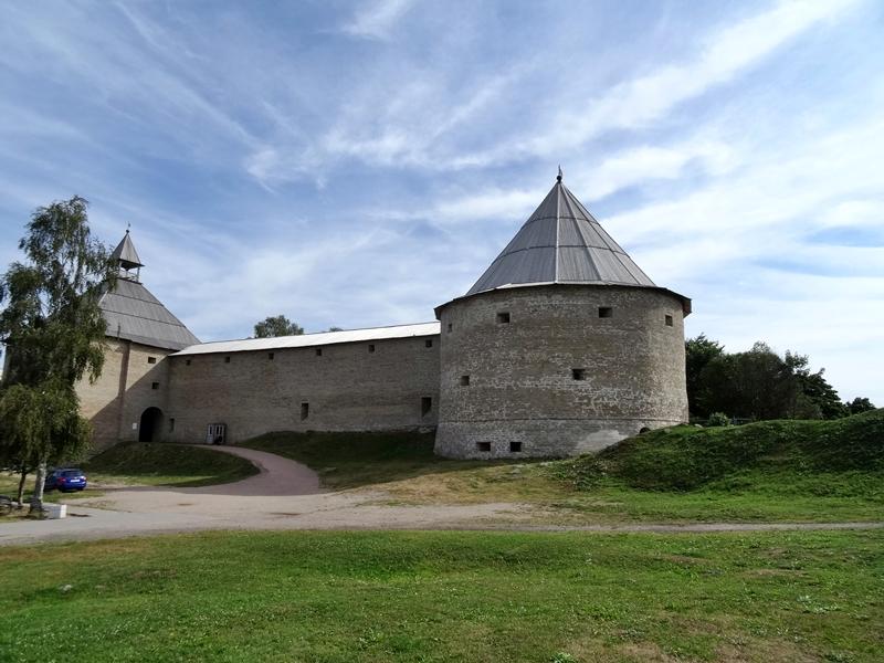 Staraya Ladoga - fort - gerestaureerde muur met torens