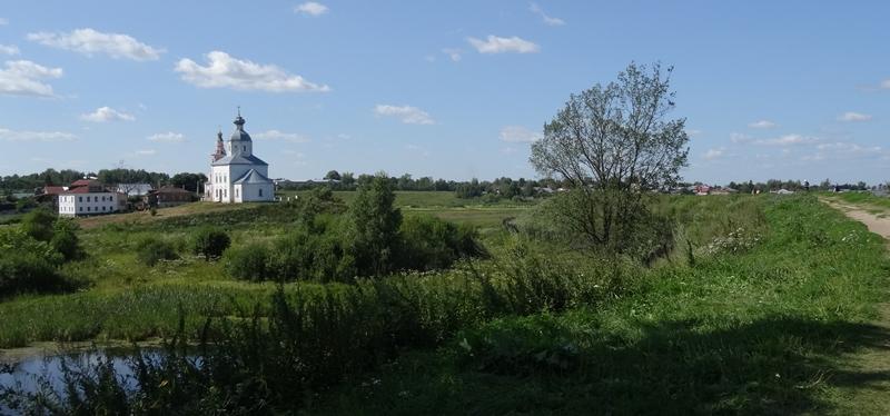 Suzdal - vierkante kerk naast Kamenka rivier